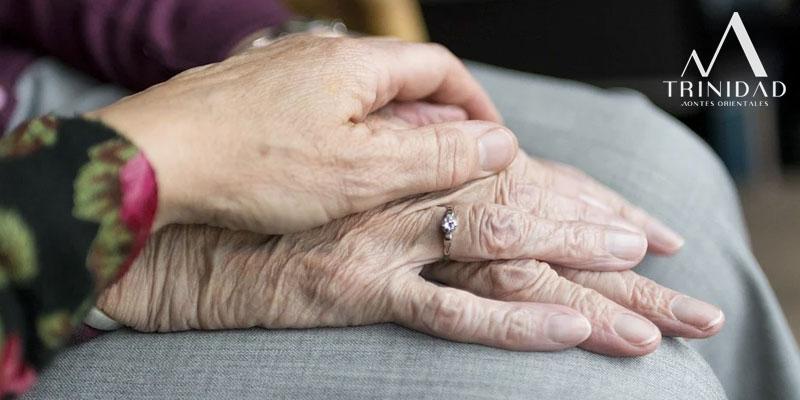 La mano de dos ancianas unidas que disfrutan de los servicios para la tercera edad de Trinidad MO