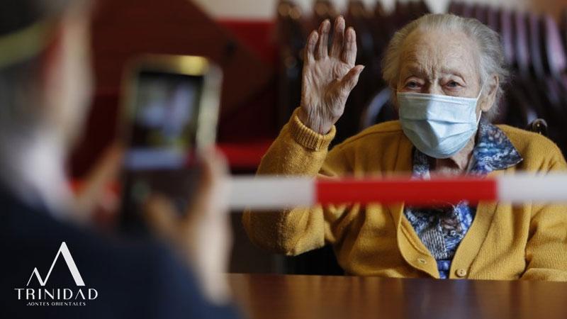 Unos ancianos cumpliendo las medidas de seguridad para visitar al asilo de ancianos Trinidad MO durante el Covil 19